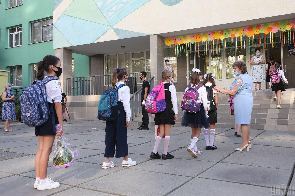 В 90 школах на дистанционное обучение перевели 188 классов, где есть больные ученики \ фото УНИАН