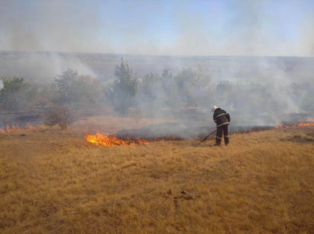 На Луганщине во время тушения пожара сдетонировал взрывоопасный предмет / фото ГСЧС