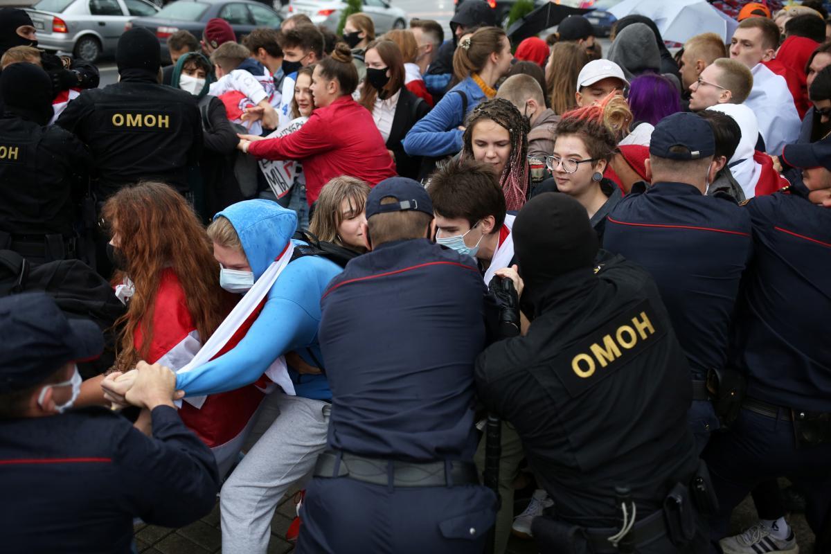 Белорусский ОМОН разгоняет протестующих / REUTERS