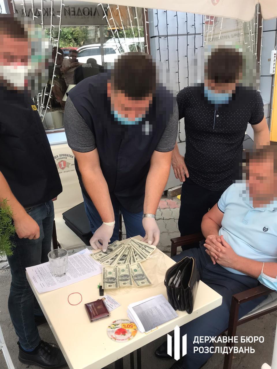 На хабарі піймали посадовця Держслужби з безпеки на транспорті/ фото ДБР