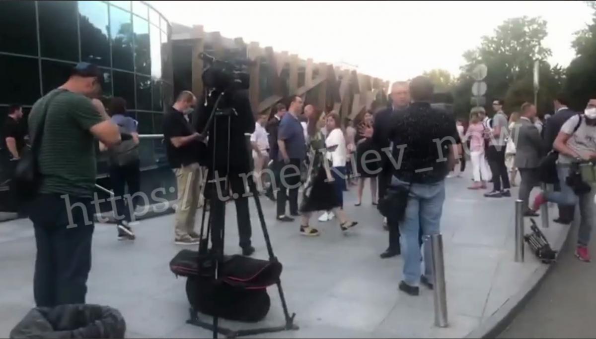 На месте работают кинологи и полиция, ищут взрывчатку/скриншот из видео