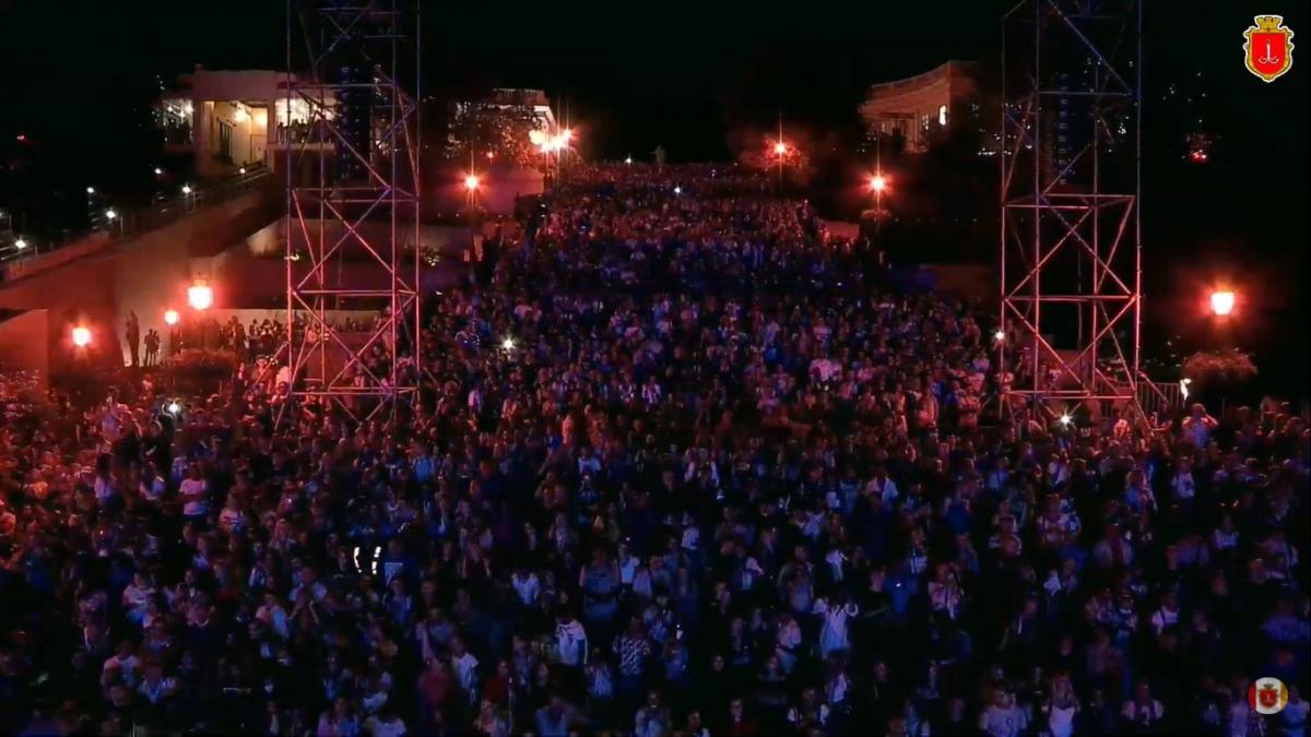 Тысячи людей собрались на Потемкинской лестнице на концерт ко дню Одессы / скриншот