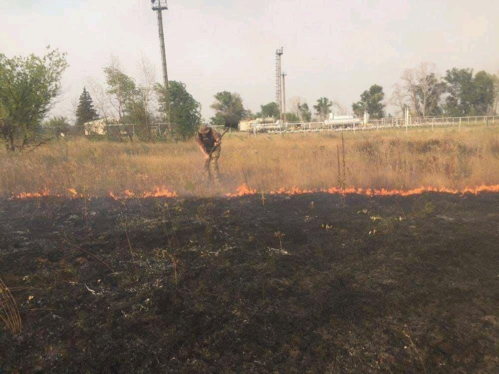 С огнем борются сотни людей / фото Луганской ОГА