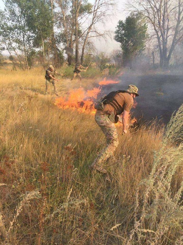 Українські військові беруть участь у гасінні пожежі на Донбасі / фото Луганської ОДА