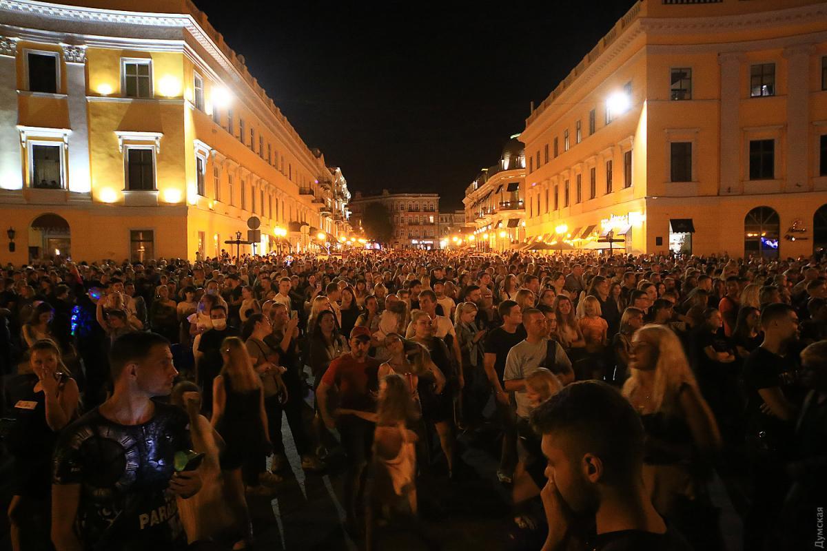 В Одессе на праздничный концерт по случаю Дня города собрались десятки тысяч людей/ фото Думская