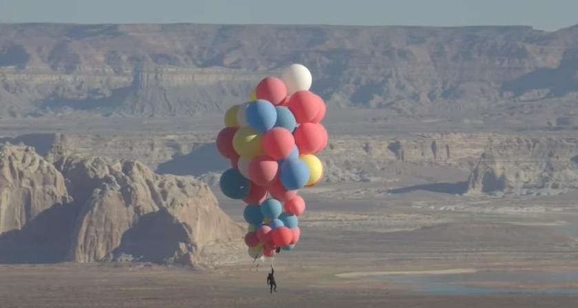 Девід Блейн піднявся на повітряних кульках / скріншот з відео
