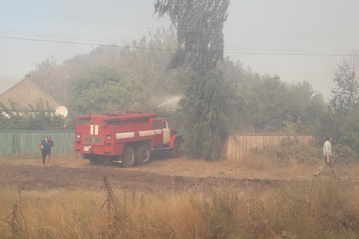 Спасатели продолжают тушить пожары в Луганской области / фото ДСНС