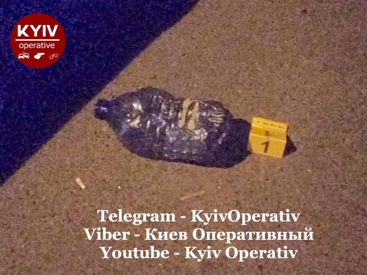 В помещение забросили бутылку с неизвестным веществом / Киев Оперативный Facebook