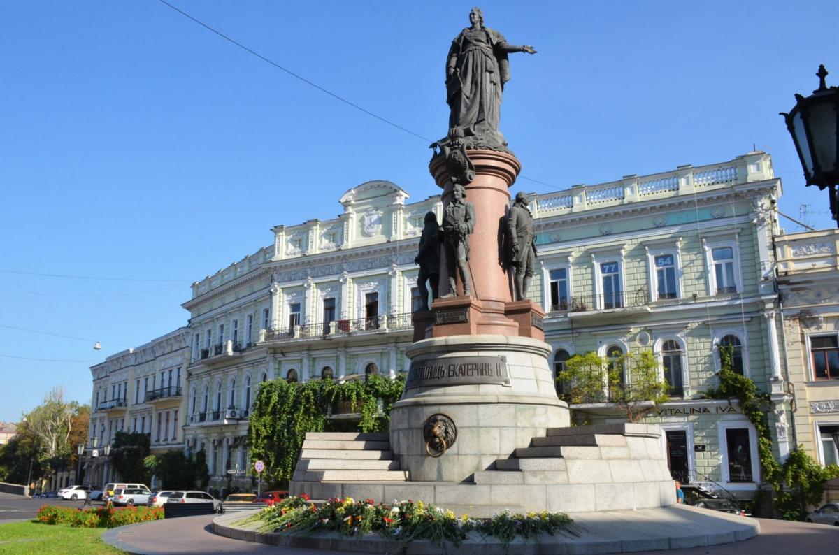 Почетные граждане города возложили цветы к подножию памятников / пресс-служба мэрии