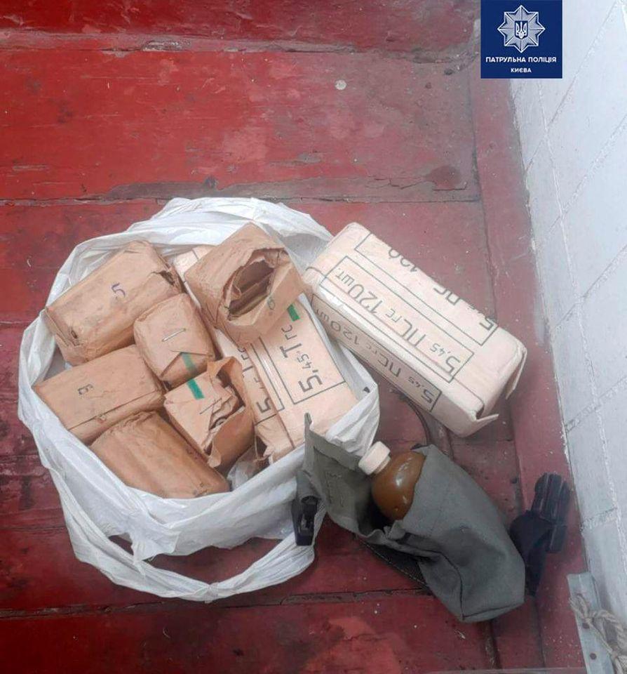 Боеприпасы были спрятаны на балконе / Патрульная полиция Киева