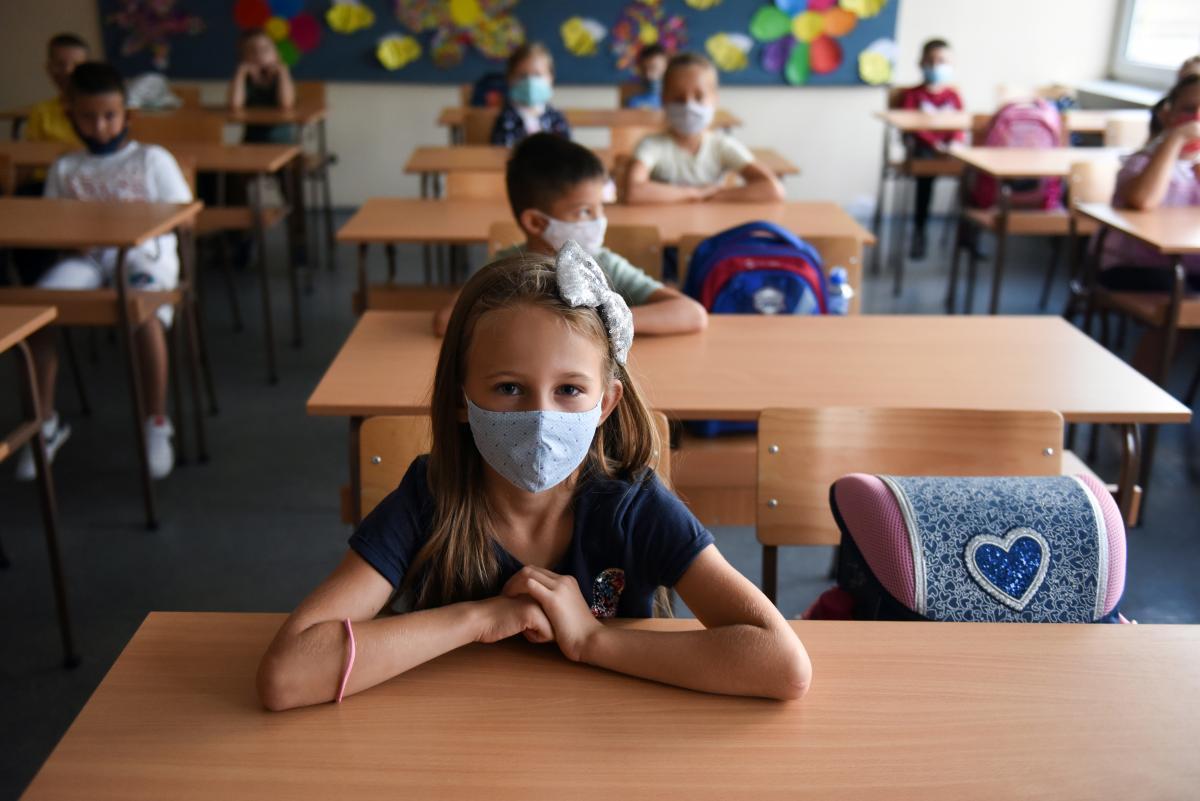 Ученики в школах будут обязаны носить маски/ Фото REUTERS