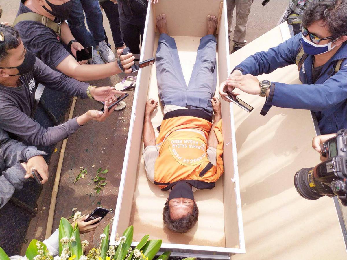 Нарушителей в гробу можно было беспрепятственно фотографировать/ фото JP