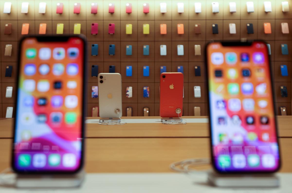 В последнем квартале минувшего года Apple сумела продать почти 80 млн смартфонов / Иллюстрация REUTERS