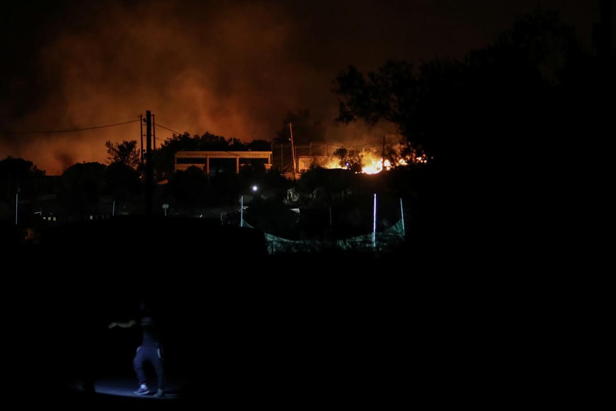 Греческая милиция  разогнала мигрантов изсгоревшего лагеря наострове Лесбос