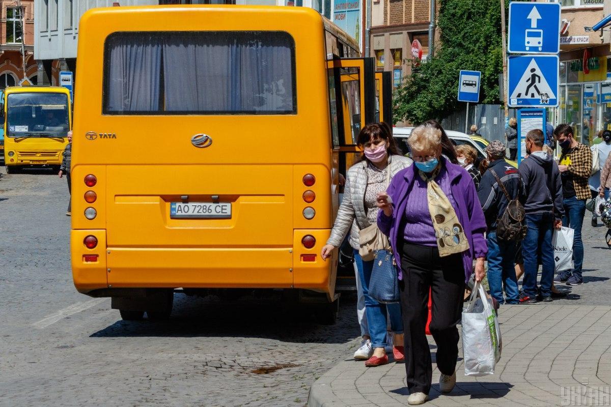 Позже водитель заметил бегущую за маршруткой женщину и остановился / фото УНИАН, Янош Немеш