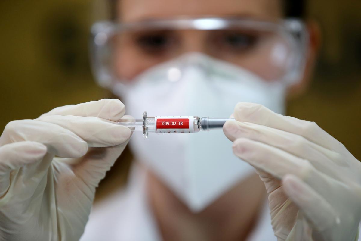 Вакцина от коронавируса в Украине: Степанов дал прогноз / Фото: REUTERS
