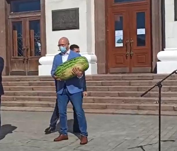 Шмигалю подарували рекордний кавун / скриншот з Facebook