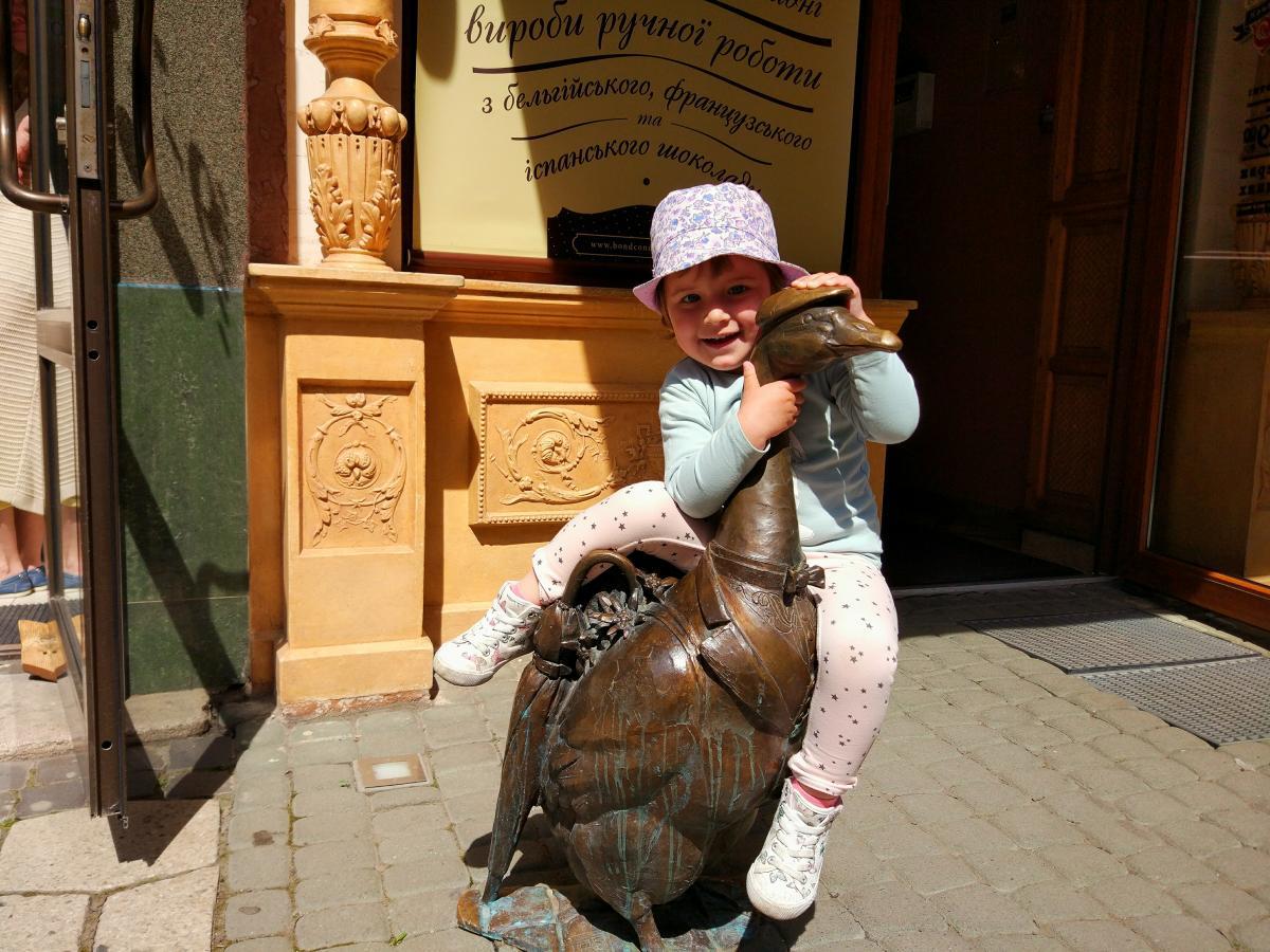Бронзовий гусак-турист в Мукачеві / фото Максим Адаменко