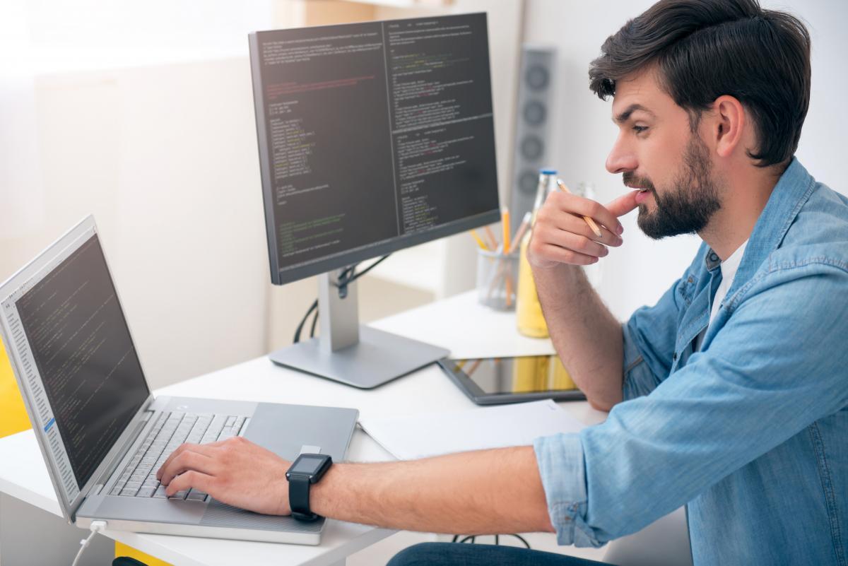 День компьютерщика - поздравления с праздником / фот ua.depositphotos.com