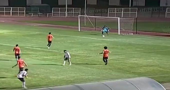 Вратарь пропустил мяч между ног / скриншот видео