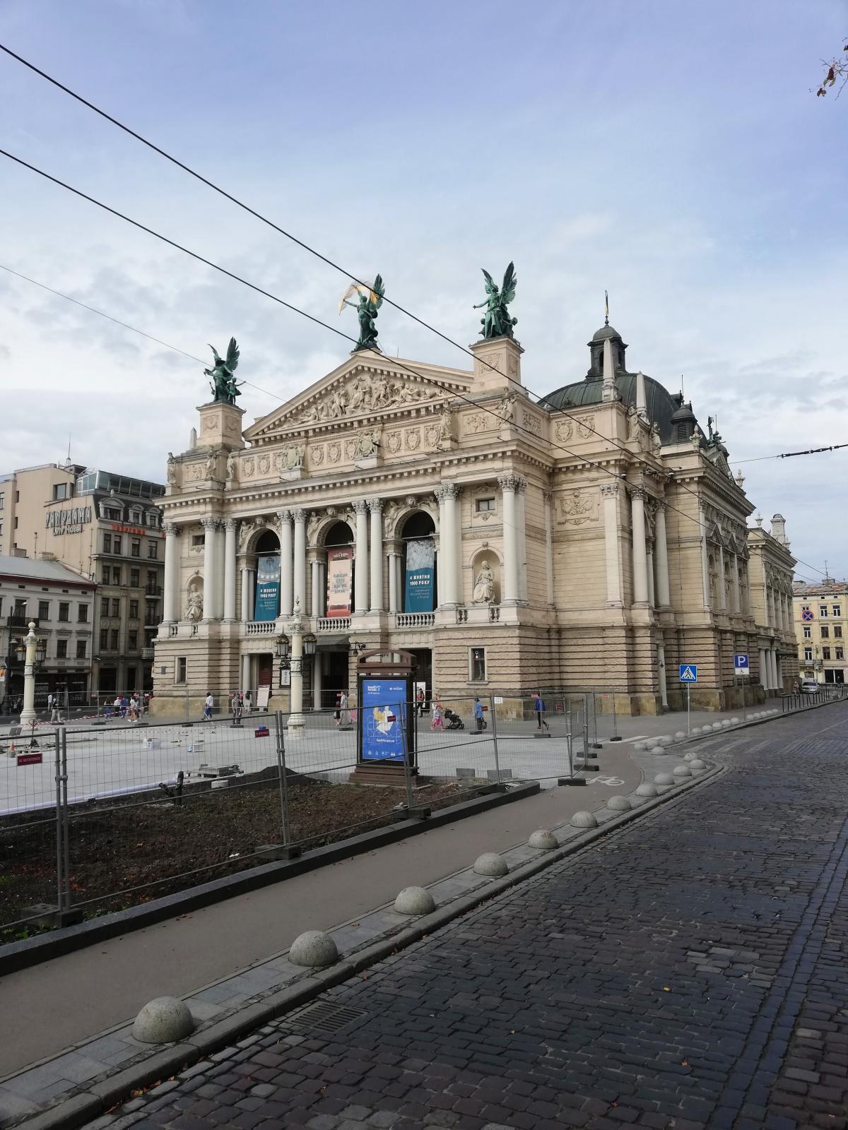Зараз у Львові ремонтують площу перед Оперним театром / фото Марина Григоренко