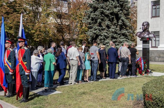 В центре Луганска прошла церемония открытия памятника преступнику Болотову