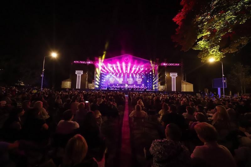 В Днепре толпа собралась на концерте в честь дня города / nashemisto.dp.ua