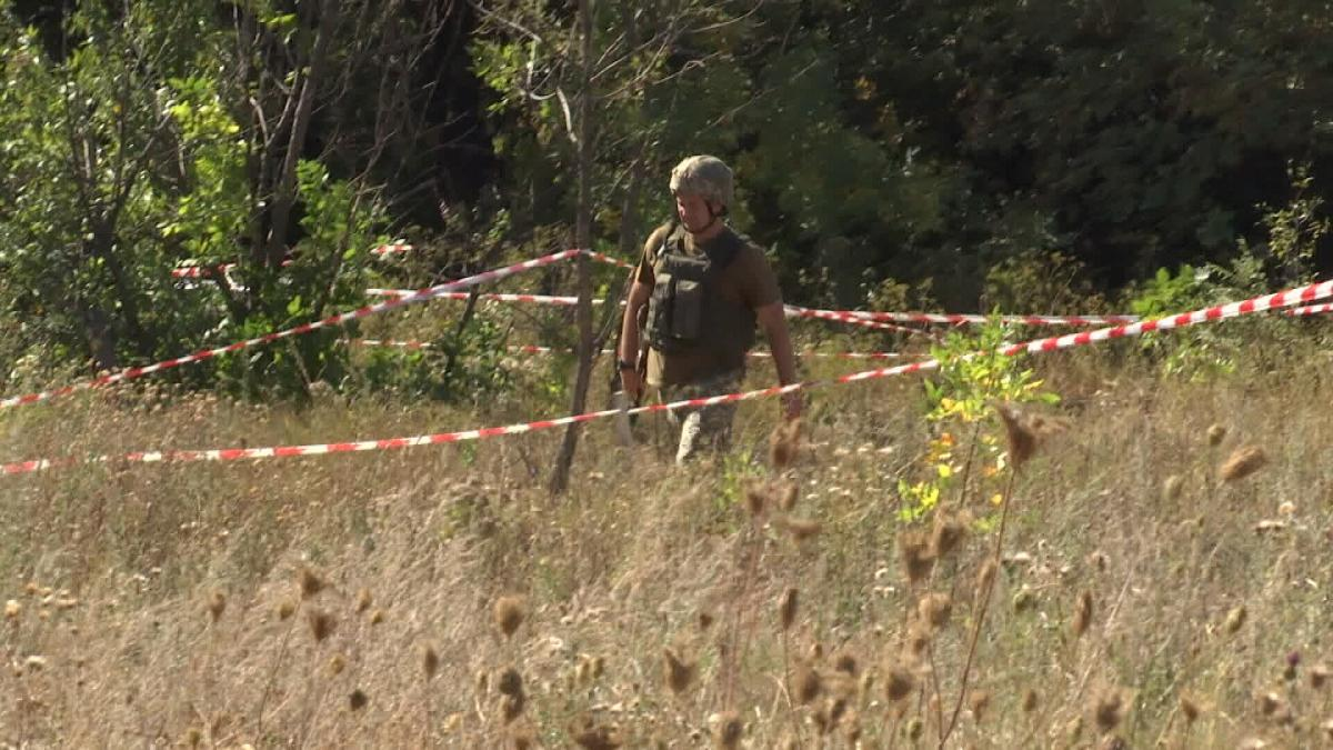 Ukrainian troops marked the inspection route with white and red stripes