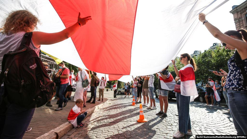 A rally in Kyiv supports protesters in Belarus / Photo from RFE/RL