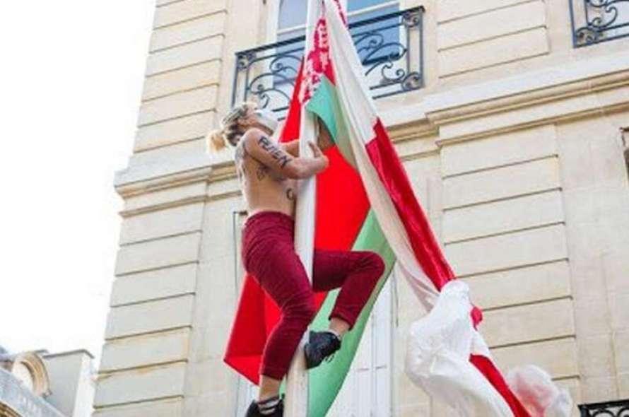 """Девушки из """"Femen"""" провели акцию протеста под посольством Беларуси в Париже / скриншот"""