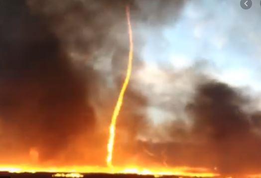 Огненное торнадо уничтожает все на своем пути / Фото скриншот