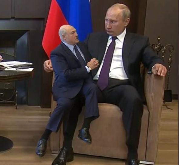 Позу просящего деньги Лукашенко и вальяжно рассевшегося Путина высмеяли в соцсети/ фото Костюгова/Twitter