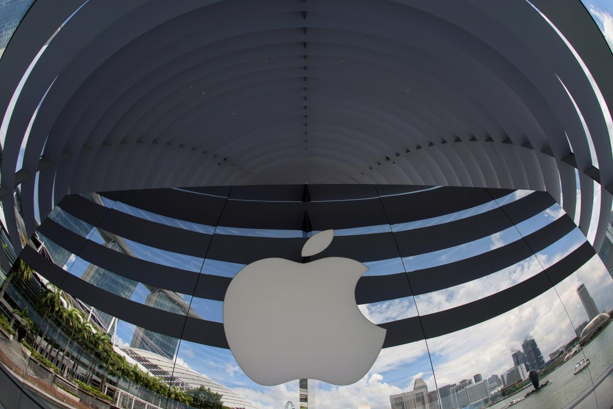 Могут ли айфоны пропасть с полок магазинов? / фото REUTERS