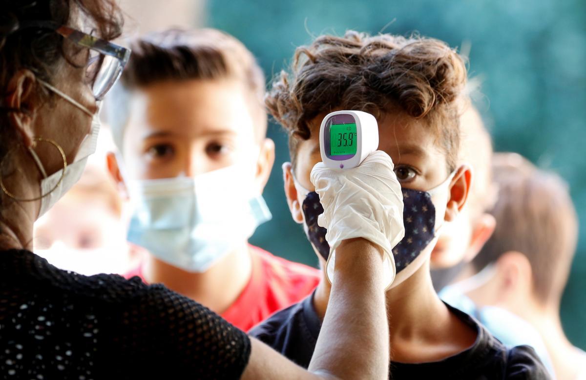 Чтобы вернуться к учебе, в школах требуют отрицательный тест / фото REUTERS