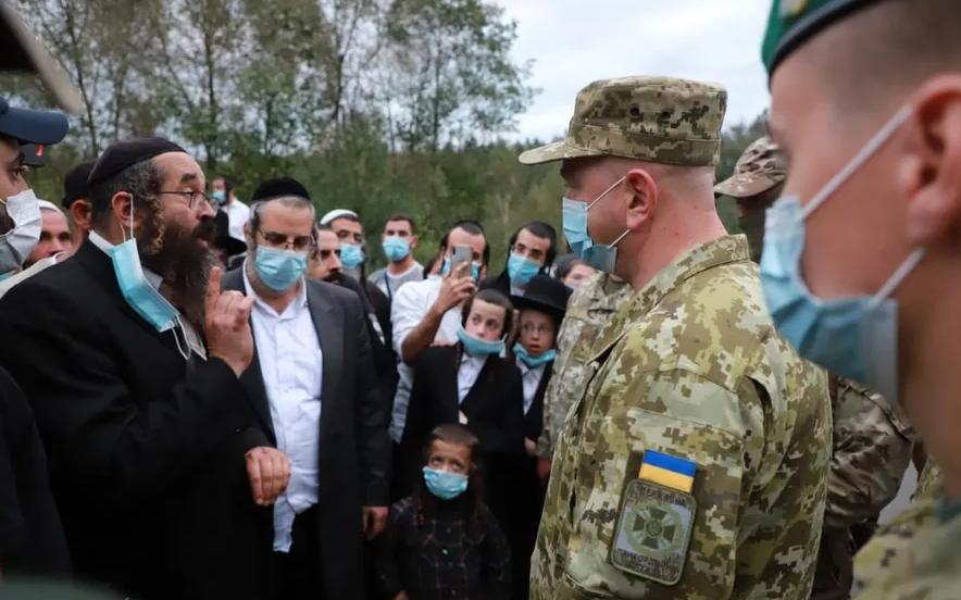 Представники Держприкордонслужби України спілкуються з брацлавськими хасидами / фото ДПСУ
