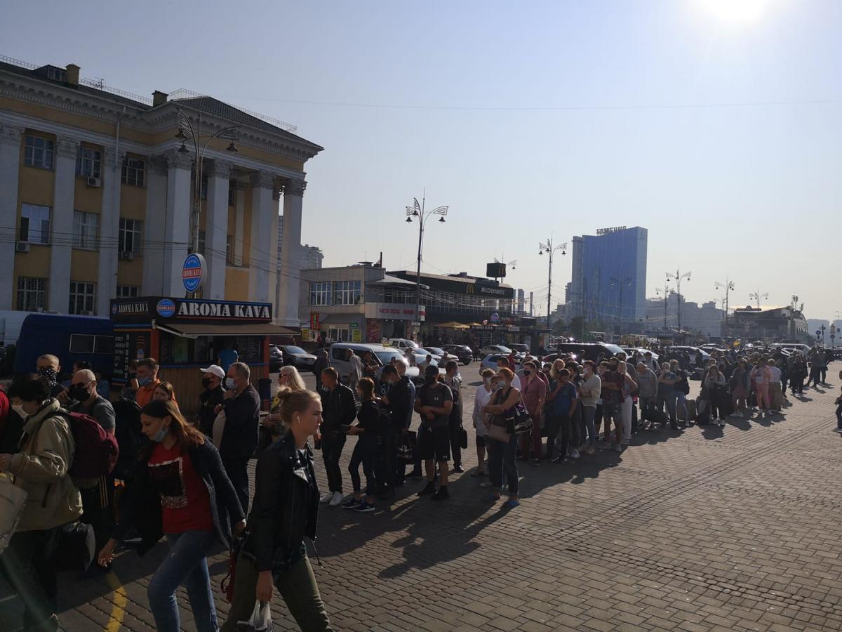 Метро Києва - з'явилось фото довгої черги на станцію Вокзальна: люди купують паперові квитки/ facebook.com/sasko.laps