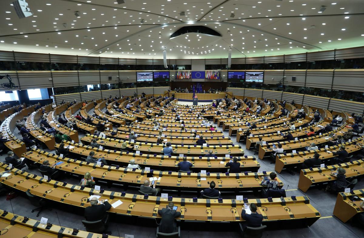 Глава Еврокомиссии Урсула фон дер Ляйен во время выступления в Европарламенте / фото REUTERS