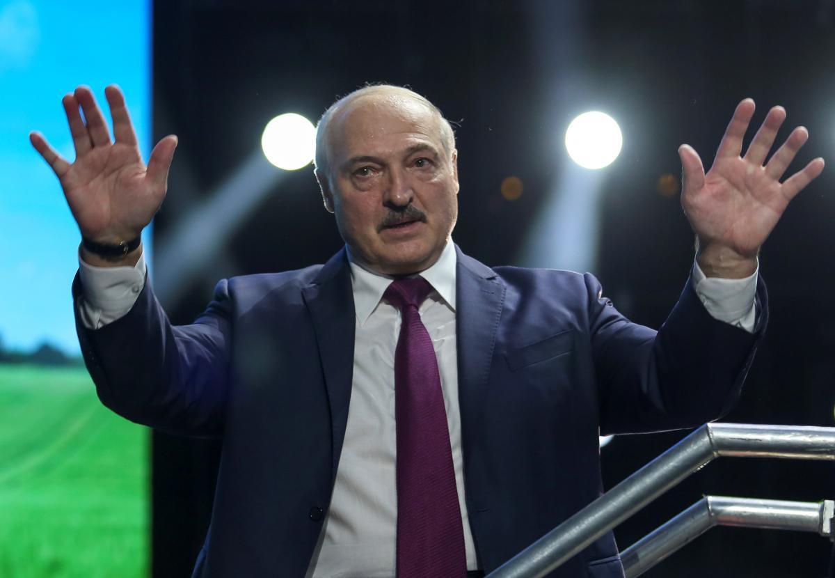 Лукашенко пытается лишить участников протестов каналов информации / фото REUTERS