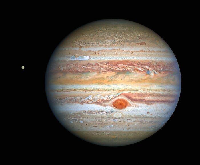 Зліва на знімку - один з місяців Юпітера / фото NASA, ESA, A. Simon (Goddard Space Flight Center), and M. H. Wong (University of California, Berkeley) and the OPAL team.