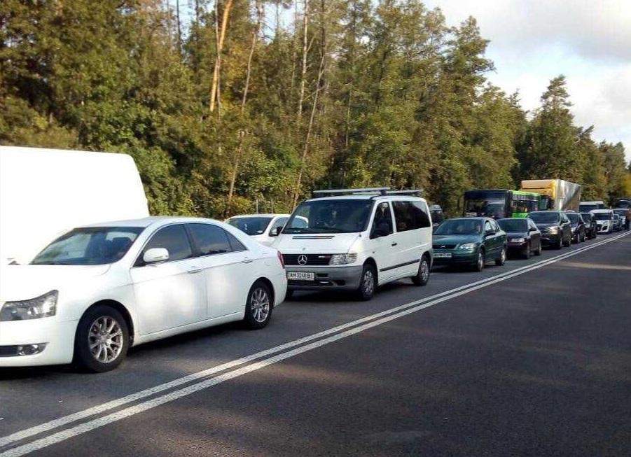 Під час акції на трасі утворився затор з більш як сотні автомобілів / фото Вікторії Коритко