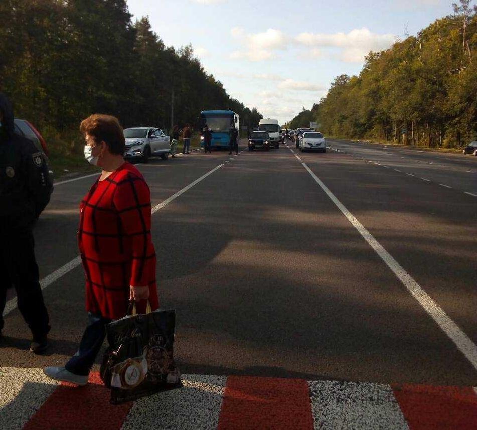 Близько 50 протестувальників ходили по пішохідному переходу / фото Вікторії Коритко