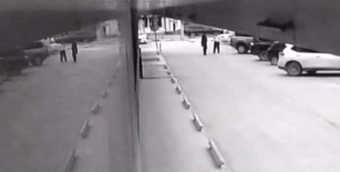 На видео видно, что женщина не ехала на большой скорости, как утверждал депутат/ скриншот из видео