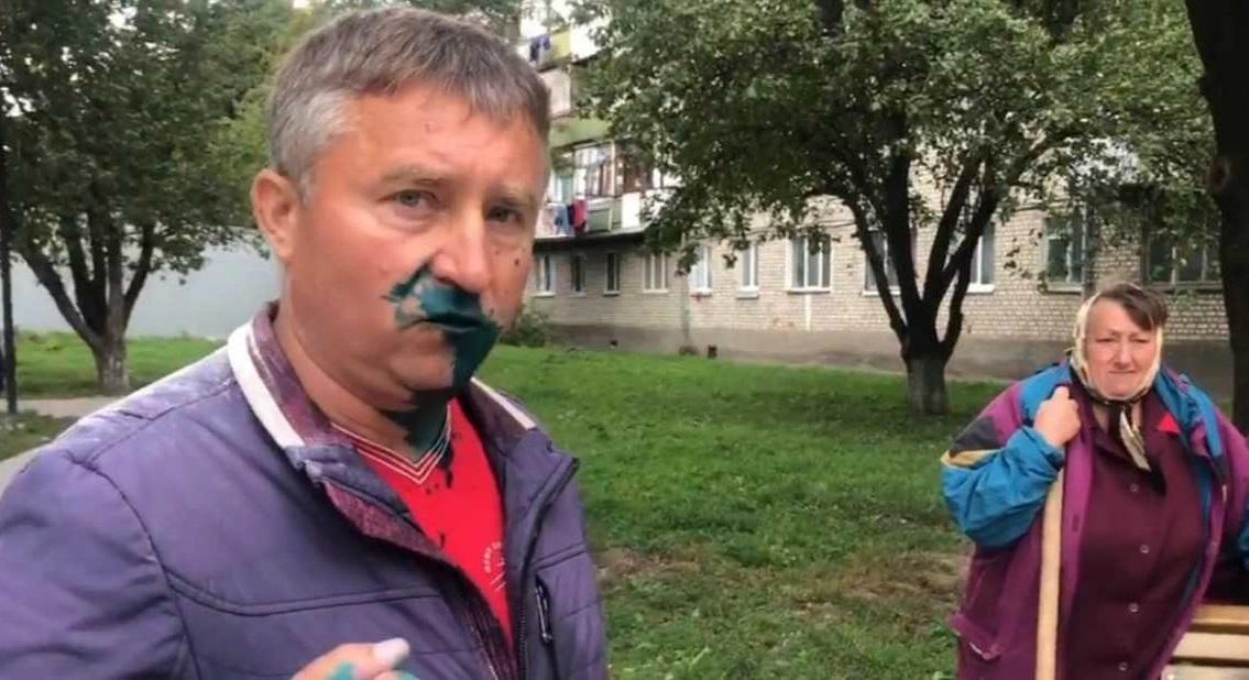 Депутат задержал вместе с товарищем одного из нападавших / фото скриншот видео со страницы Тычины в Facebook