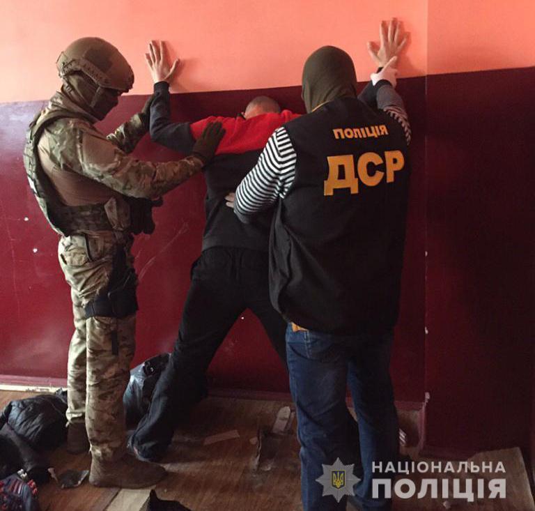 Организовал схему поставок наркотиков в колонию криминальный «авторитет» / фото Нацполиции