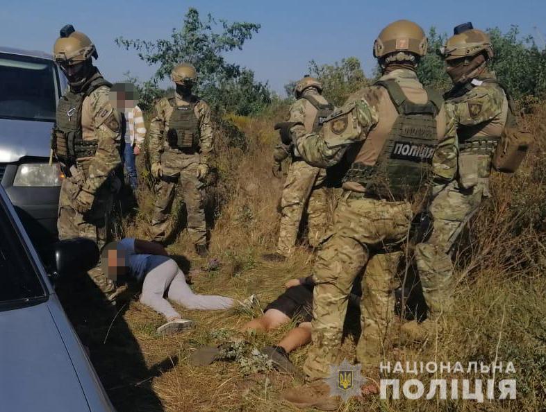 Двоихмужчин задержали за попыткупереброситьнаркотики вколонию/ фото Нацполиции