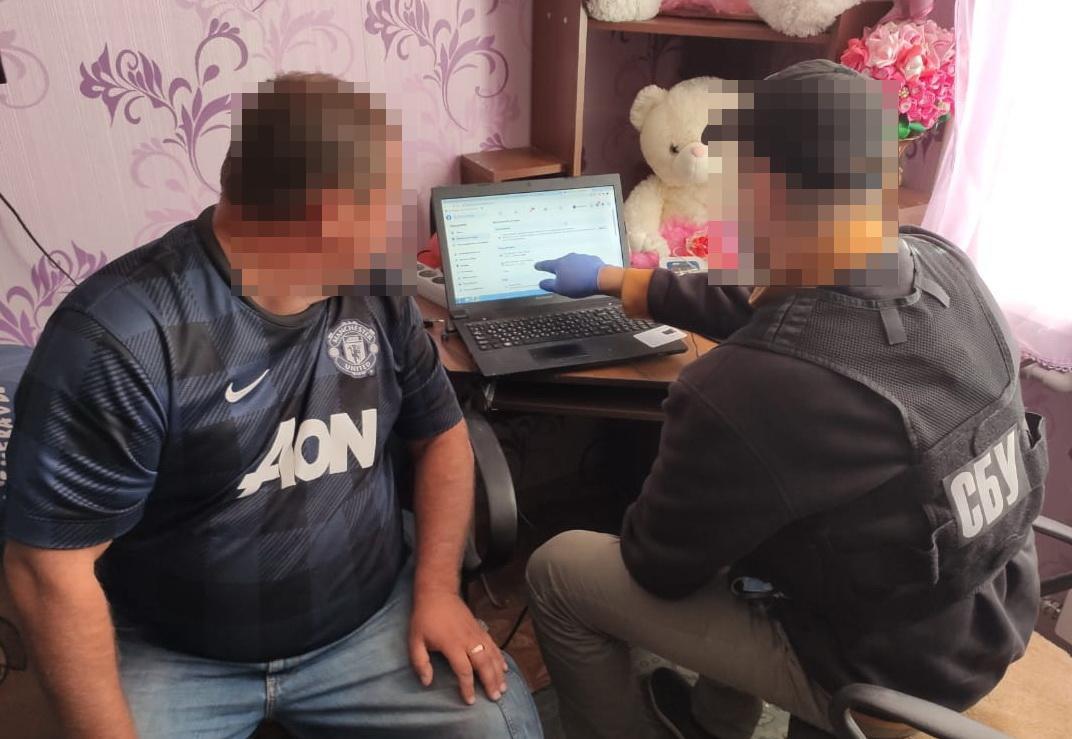 Сотрудники СБУ проводят обыск у агитатора-антисемита / фото facebook/ssu.cherkasy