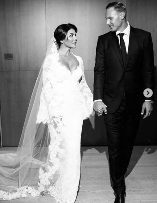 Опубликовал романтическую фотографию в Instagram и избранник исполнительницы Янис \ instagram.com/weddingbymercury/