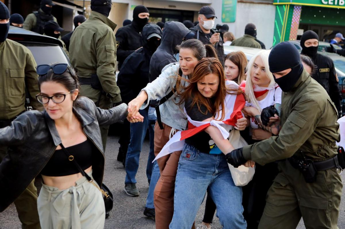 Белорусские силовики задержали более 400 участниц женского марша/ фотоREUTERS