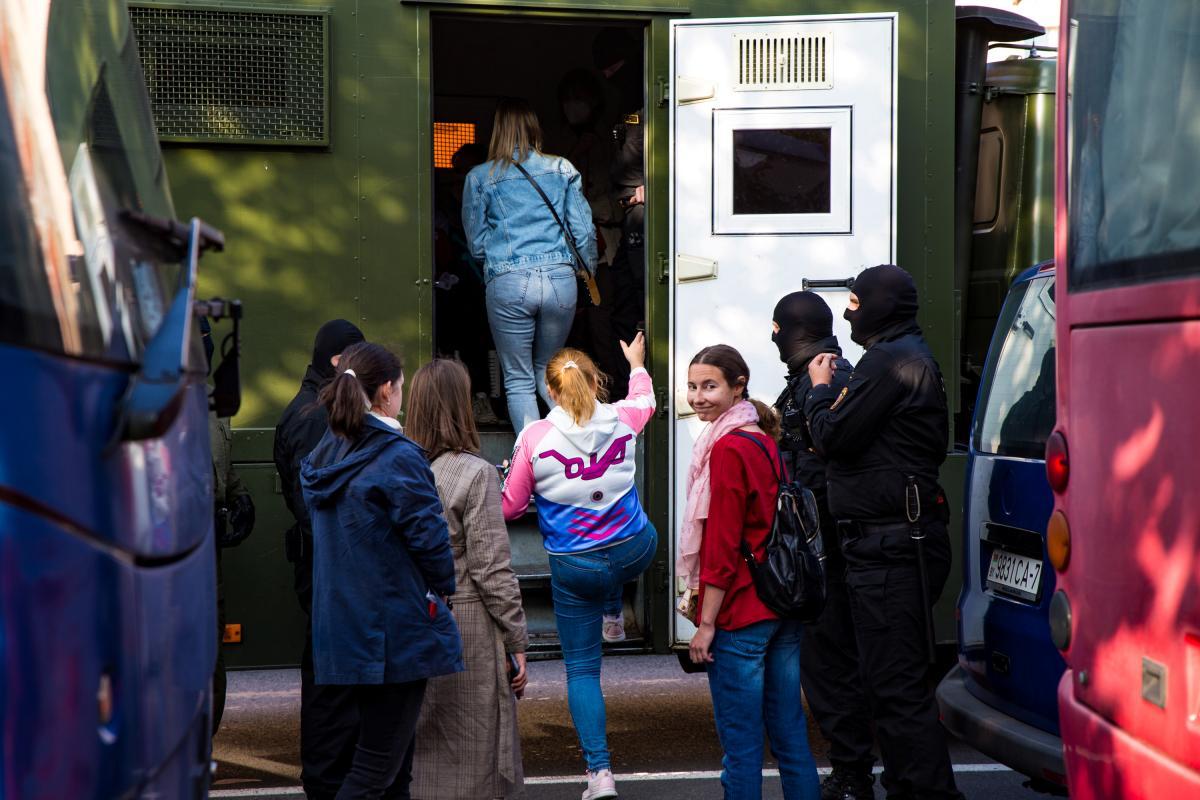 Затриманих помістили до автозаків та відвезли до відділків міліції / REUTERS