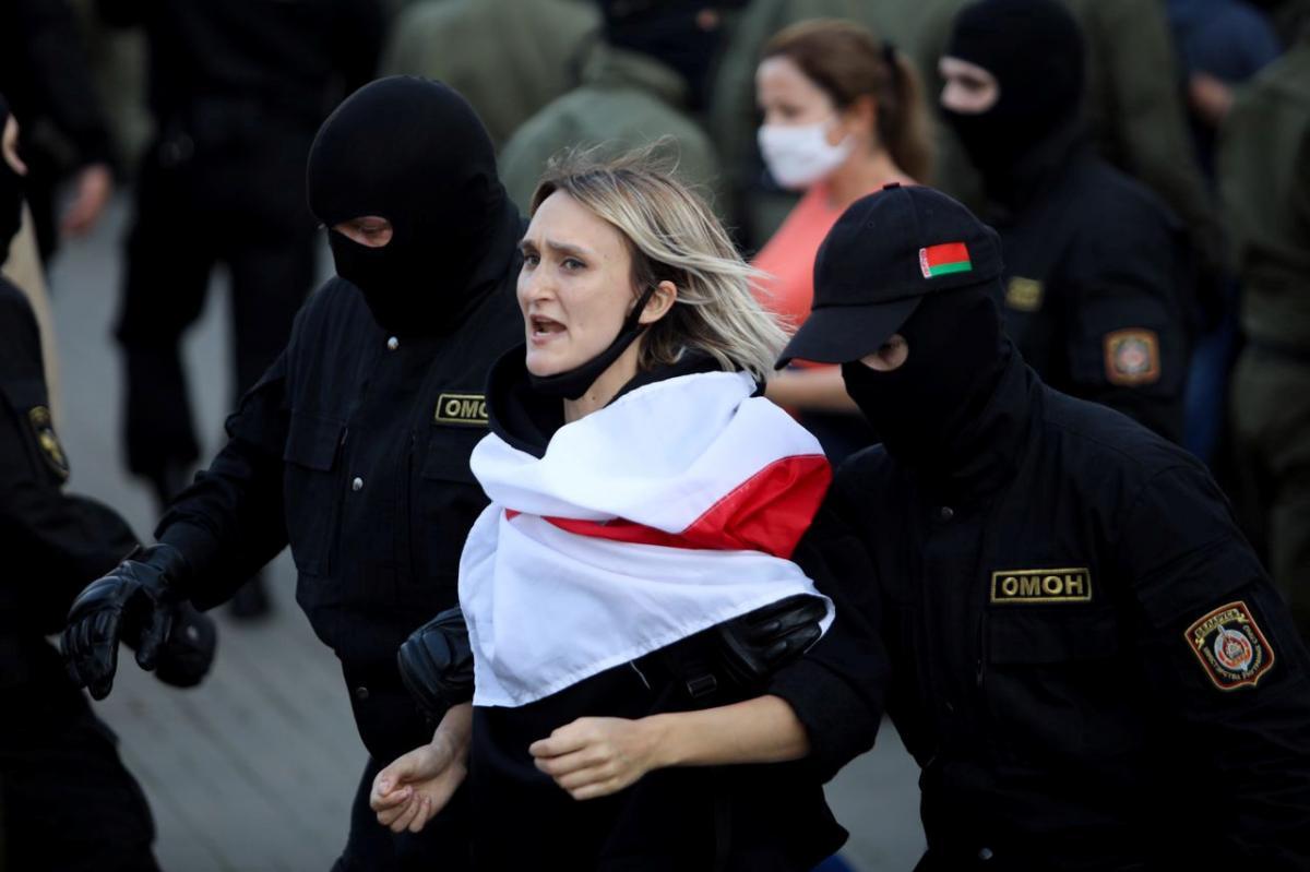 Білоруський ОМОН затримав понад 300 учасниць жіночого маршу в Мінську / REUTERS
